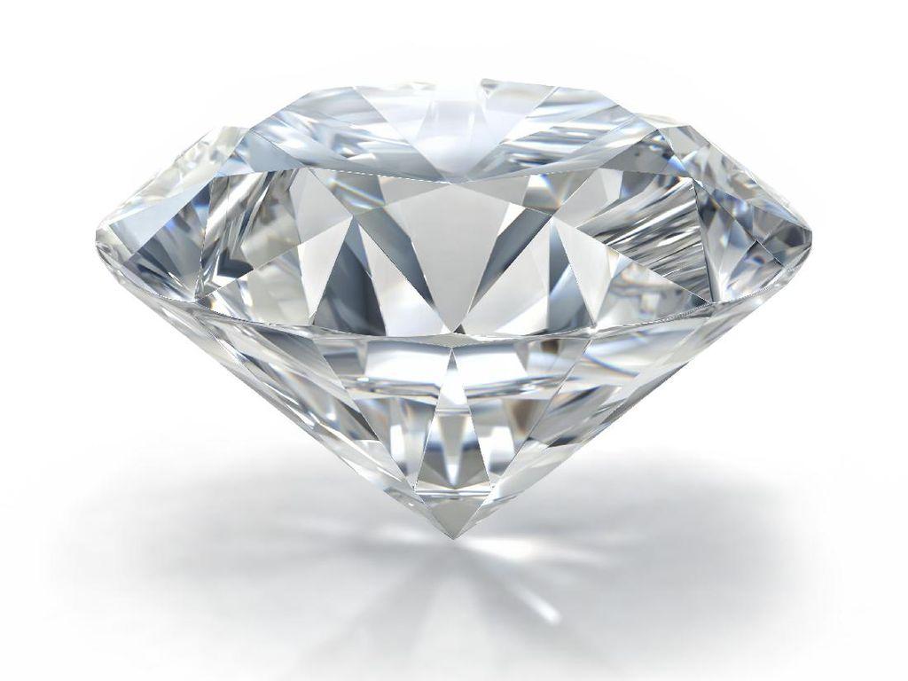 Pakai Kuteks Sudah Ketinggalan Zaman, Kini Kuku Ditempel dengan Berlian