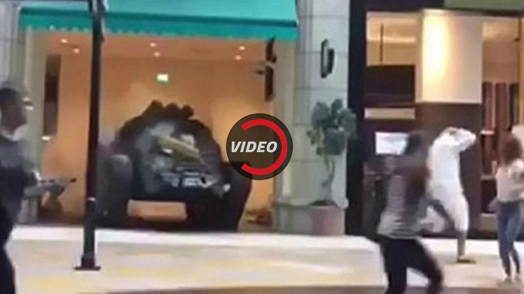 Ngeri, Tank Berkeliling Dalam Mal di Dubai