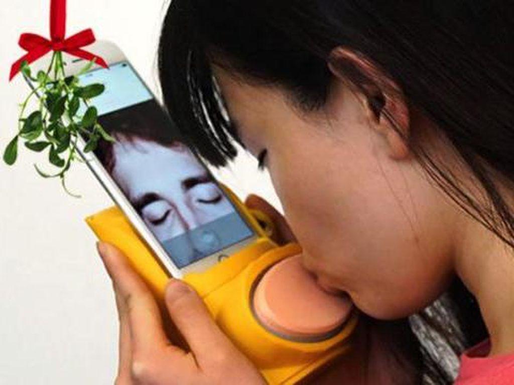 Pasangan LDR Kini Bisa Ciuman Lewat Ponsel