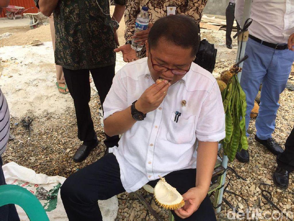 Sarapan ala Menkominfo: Makan Duren di Pinggir Jalan