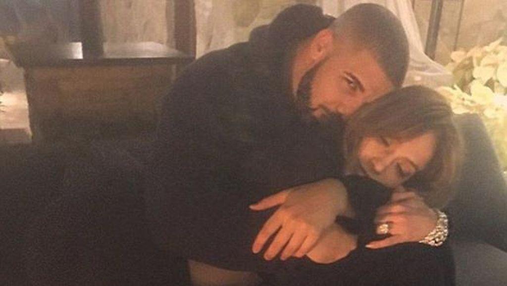 J.Lo Kencani Drake, Ini Alasan Wanita 40-an Menarik Bagi Pria Muda