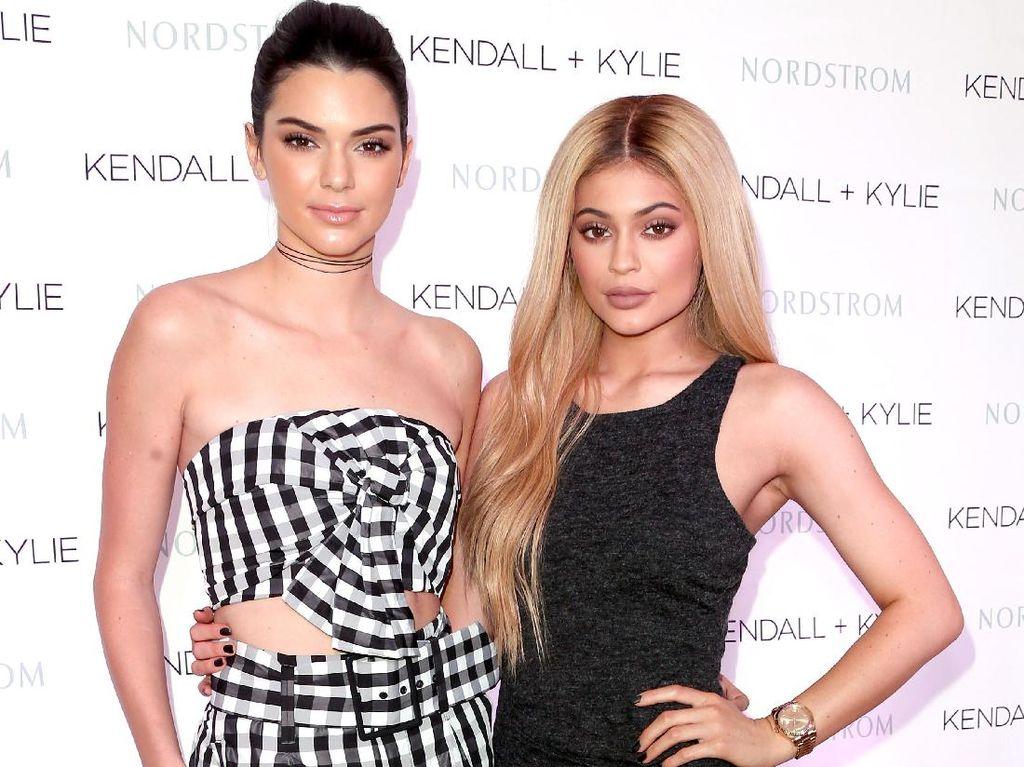 Kendall dan Kylie Jenner Rilis Busana Plus-Size, Netizen Nyinyir
