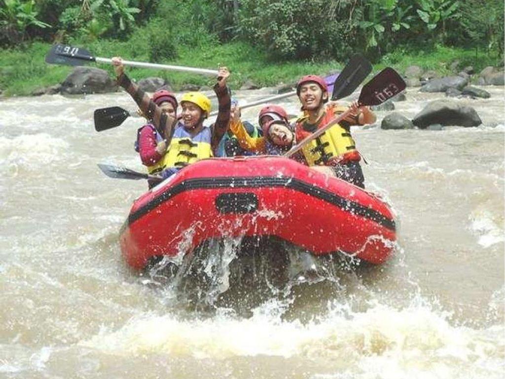 Aman Berarung Jeram di Derasnya Sungai Kaki Gunung Raung