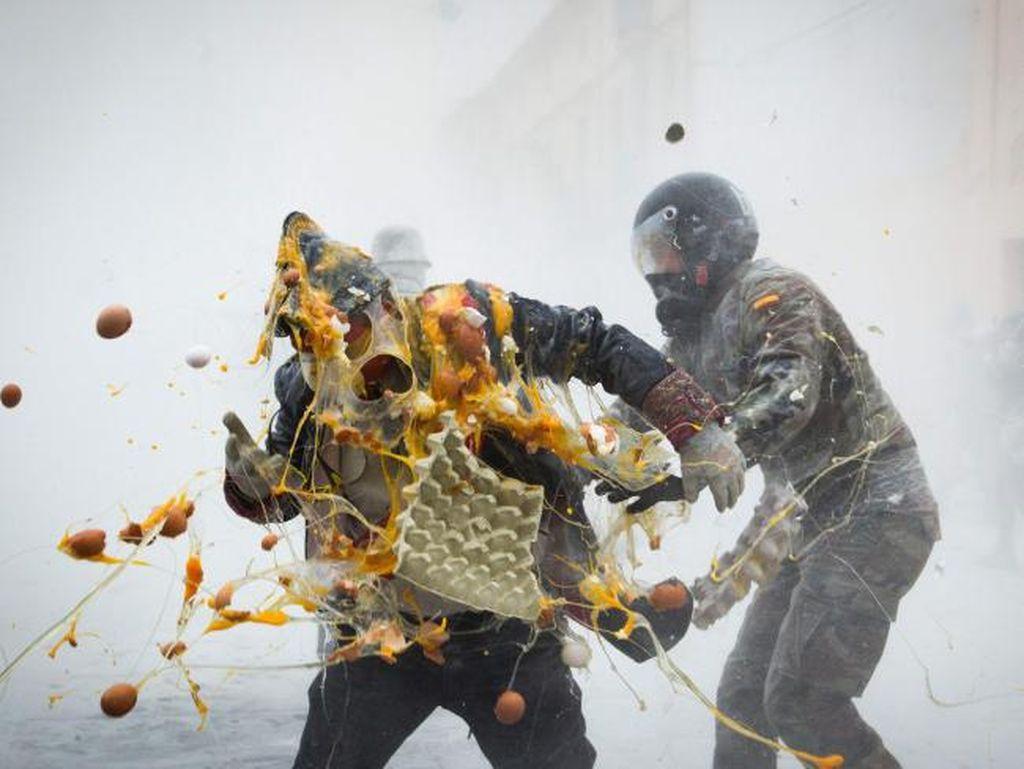 Heboh! Spanyol Punya Festival Perang Telur & Tepung Terigu