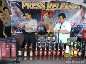 Polisi Bongkar Pemalsuan Miras Impor di Mojokerto