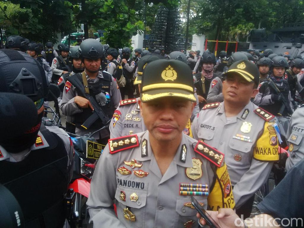Polisi Bandung Kawal Kantor KPU Selama Proses Hitung Manual