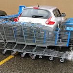 Parkir Sembarangan, Nissan Juke Ini Dikepung Troli