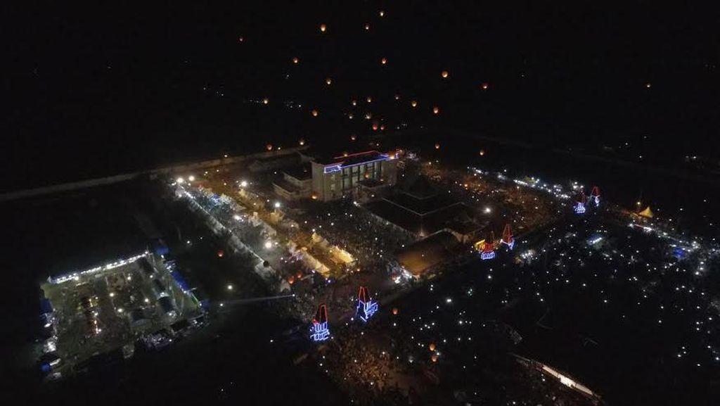 Di Blitar, 250 Lampion Hiasi Langit di Malam Tahun Baru
