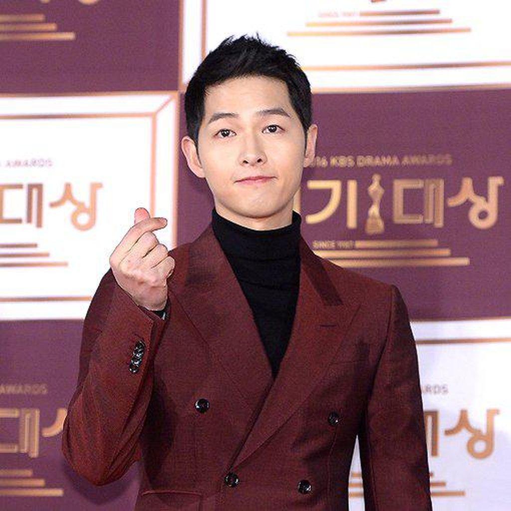 Song Joong Ki Ungkap Alasan Menangis Saat Park Bo Gum Menang Penghargaan
