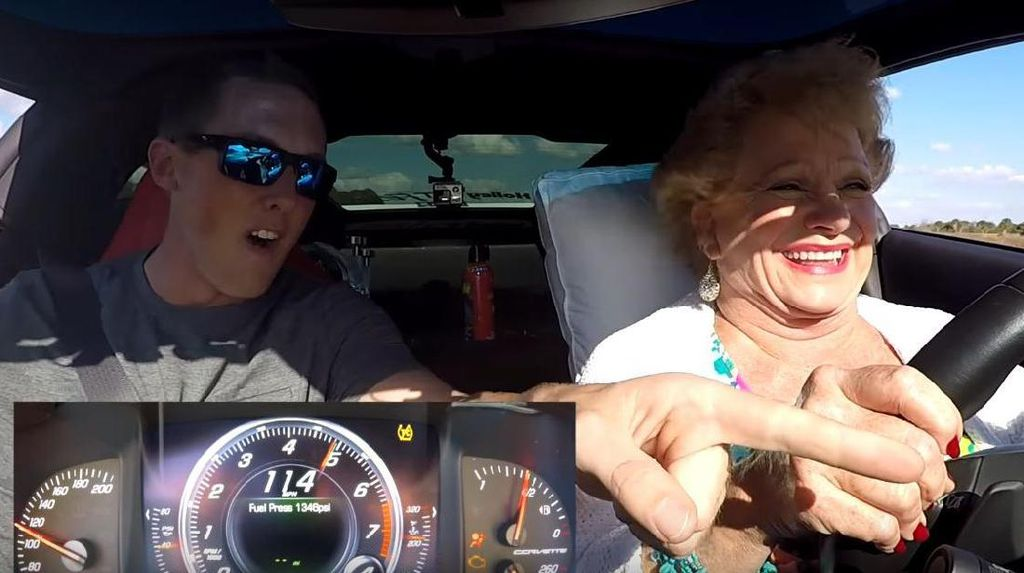Nenek-nenek Ngebut dengan Chevrolet Corvette