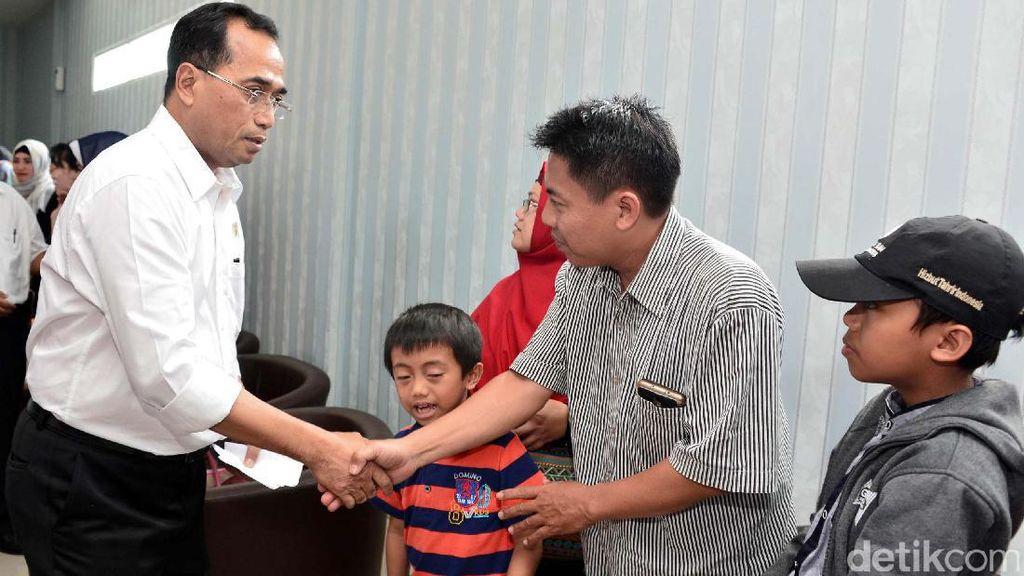 Budi Karya Temui Keluarga Korban KM Zahro