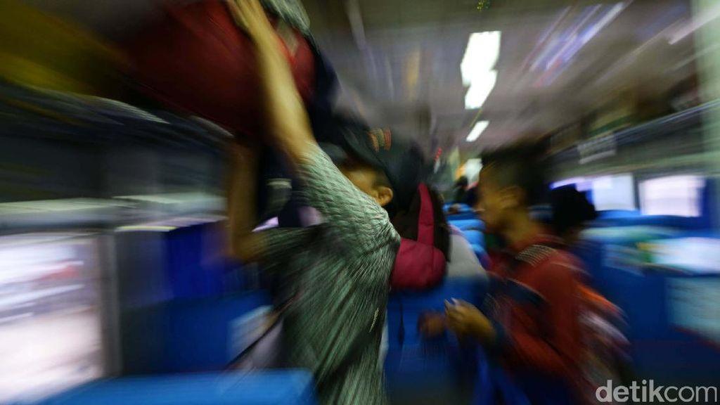 Arus Balik Usai Libur Panjang di Stasiun Senen