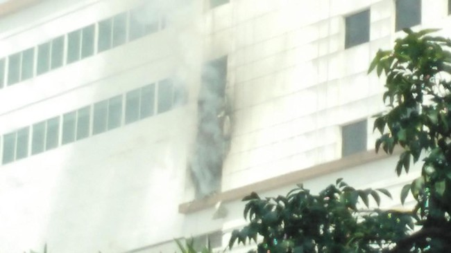 32 Unit Damkar Padamkan Kebakaran Tempat Karaoke ++ di Jl Gajah Mada
