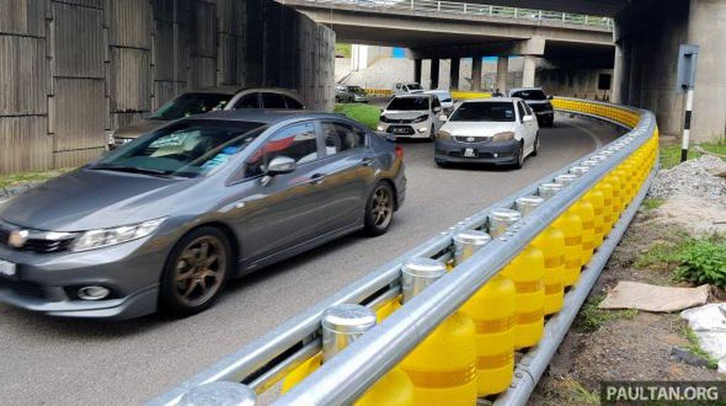 Kurangi Kecelakaan, Malaysia Pasang Pembatas Jalan Tol dari Tong