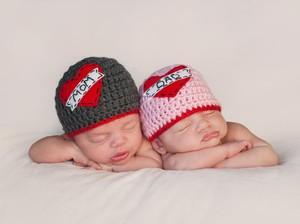 Anak Kembar Nggak Harus Selalu Dibelikan Barang yang Sama Lho
