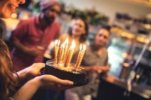 Hanya Cake Ulang Tahun Halal yang Bisa Dibawa ke Gerai McDonalds Malaysia