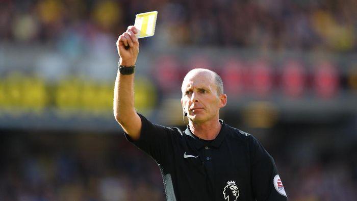 Wasit Mike Dean memimpin pertandingan Tottenham Hotspur vs Manchester United (Richard Heathcote/Getty Images)