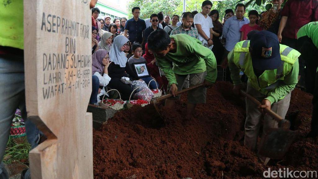 Eks Jubir KY Asep Fajar Dikebumikan