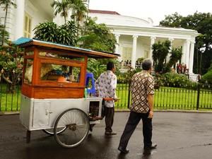 Pesan Kesederhanaan Jokowi Lewat Nasi Goreng Kaki Lima
