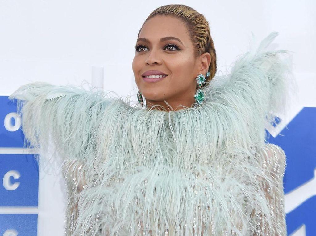 Hamil Anak Kembar, Beyonce Unggah Foto-foto Seksi Pamer Perut Buncit