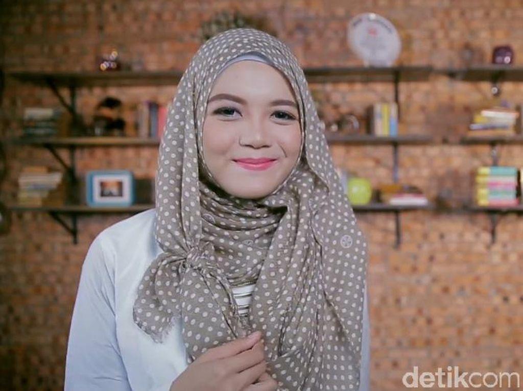 Cuma Semenit, Tutorial Hijab dengan Aksen Ikat untuk ke Kampus