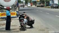 Saat Polisi di Rembang Merangkap Jadi Montir Bantu Wisatawan