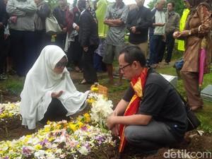 Rintik Hujan Iringi Pemakaman Otih Korban Tewas Insiden KM Zahro