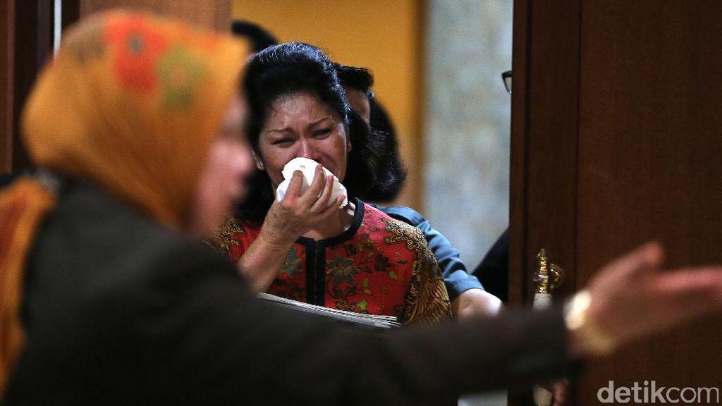 Suaminya Dilaporkan Terima Rp 1 M, Istri Hakim Menangis