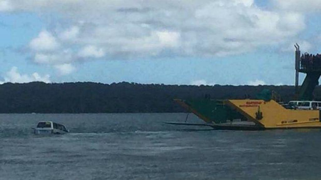 Ngenes, Land Cruiser Tercebur ke Laut dari Feri