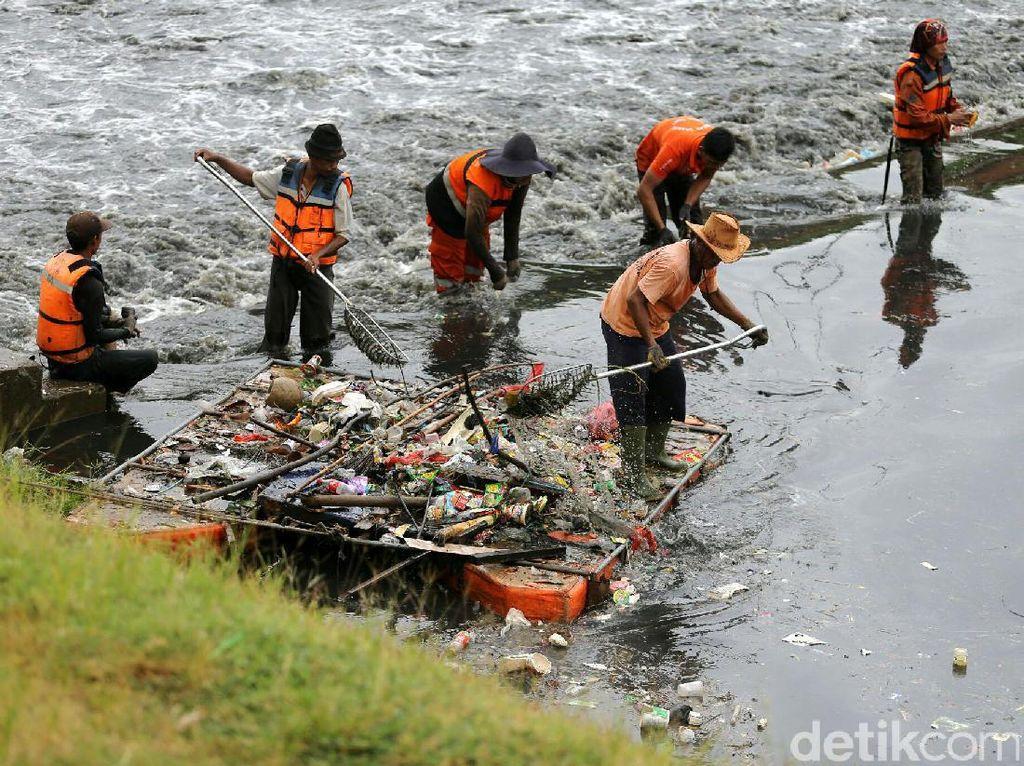 Bersih-bersih Kanal Banjir Timur