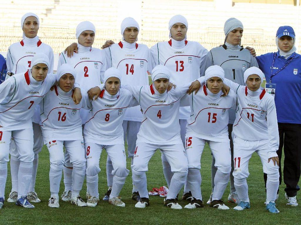 Seperti Ini Seragam Basket Wanita Iran yang Dilengkapi Jilbab