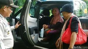 Kapolsek di Rembang Tolong 2 Ibu yang Kebingungan di Pinggir Hutan