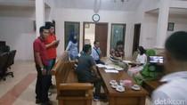 Polisi Geledah Rumah Bambang Tri, Angkut 26 Barang