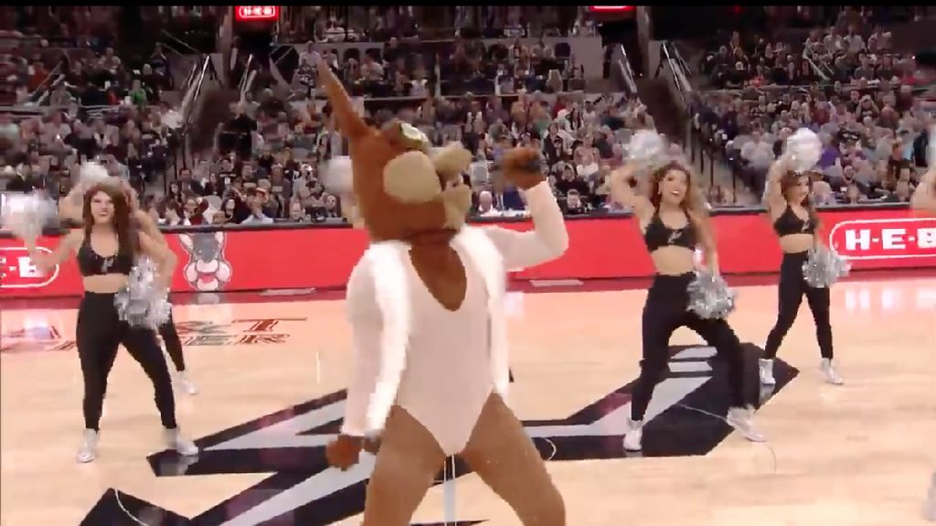 Video Badut Maskot Klub NBA Ledek Lip Sync Mariah Carey Jadi Viral