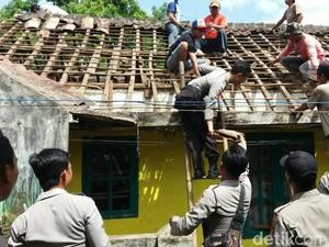 Polisi Bantu Perbaiki Rumah Warga yang Diterjang Puting Beliung di Subang