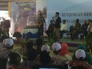 Jokowi Beri Biskuit untuk Ibu Hamil dan Anak-anak di Pekalongan