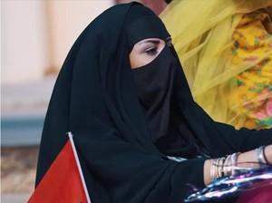 Viral, Video Wanita Arab Bercadar Main Skateboard Hingga Bowling