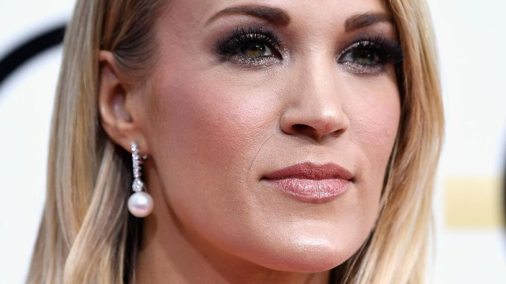 Gaun Golden Globes Carrie Underwood Disebut Mirip Alat Kelamin Wanita?