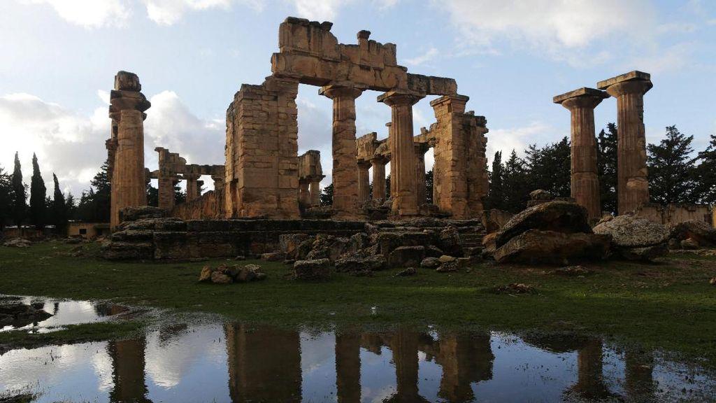 Melihat Reruntuhan Kota Yunani Kuno di Libya