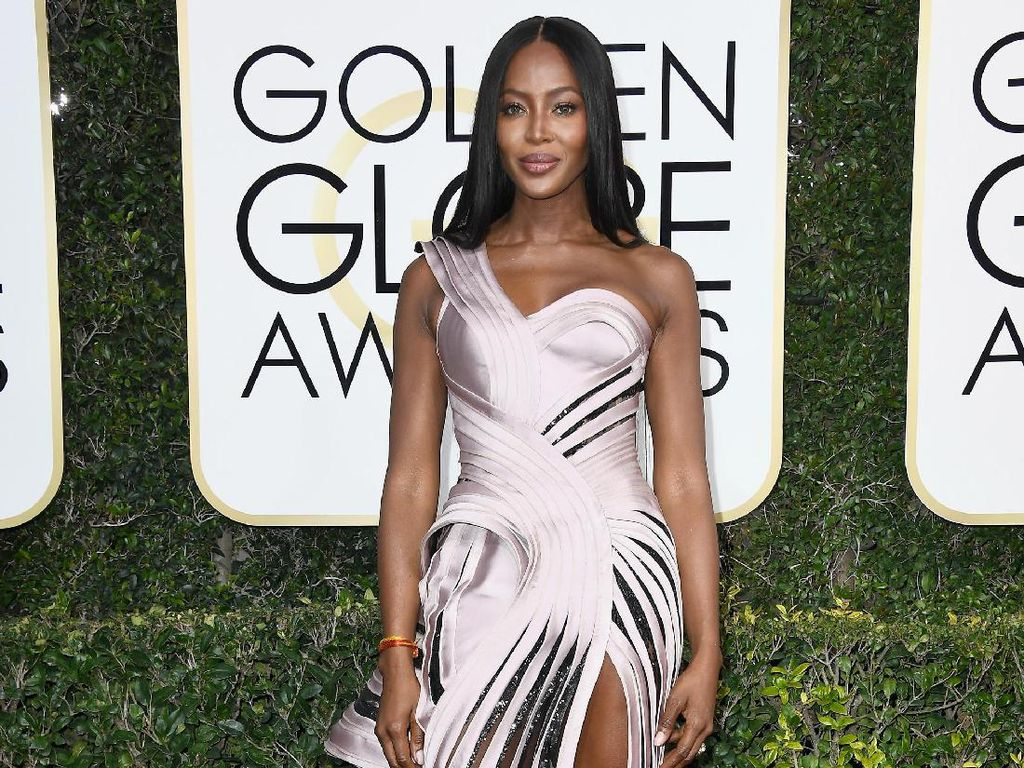 Safety With Style! Gaya Cetar Naomi Campbell Hindari Virus Corona