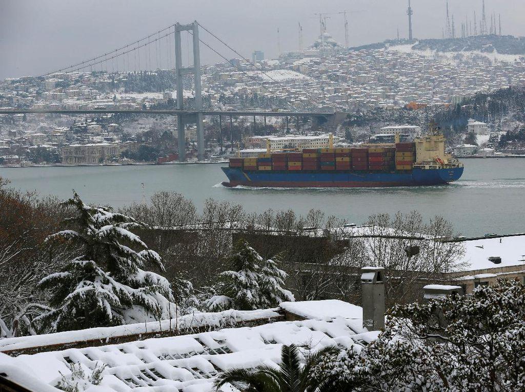 Istanbul Diselimuti Salju, Ratusan Penerbangan Dibatalkan