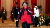 Aksi Nenek Ariyati di Depan Panggung HUT PDIP