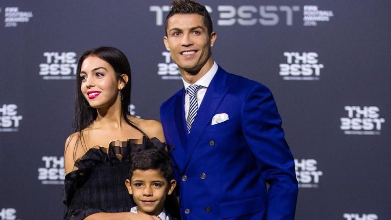Malam Penghargaan FIFA, Ronaldo Juga Kenalkan Pacar Baru