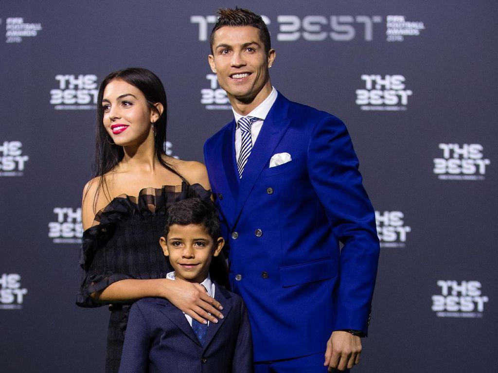 Raih Penghargaan Pemain Terbaik, Cristiano Ronaldo Gandeng Pacar