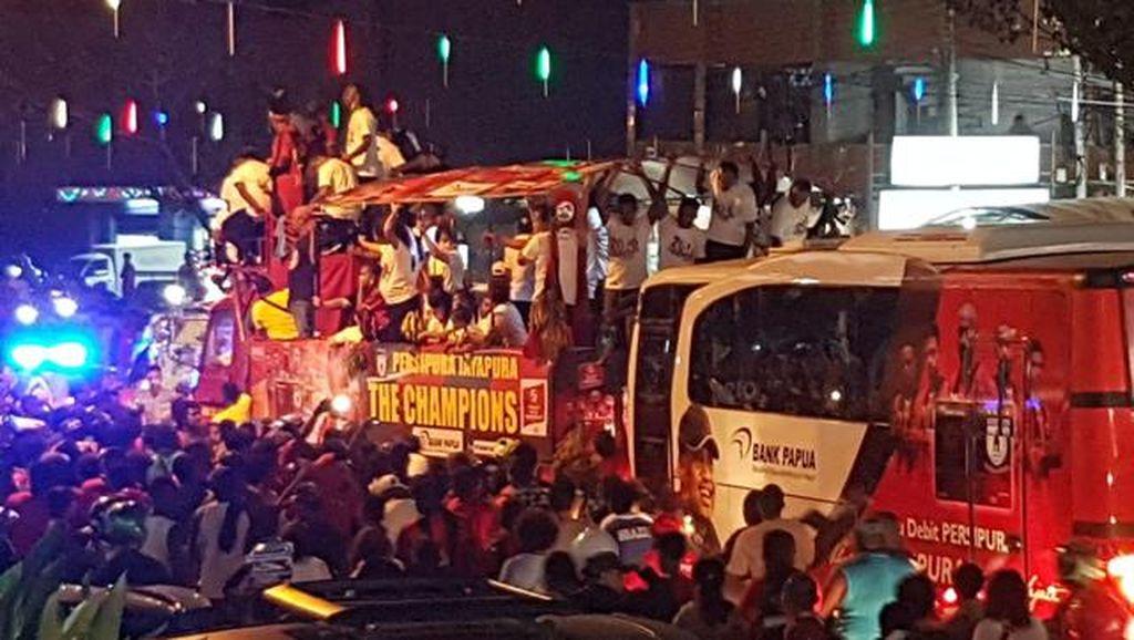 Ribuan Warga Jayapura Meriahkan Pawai Juara Persipura