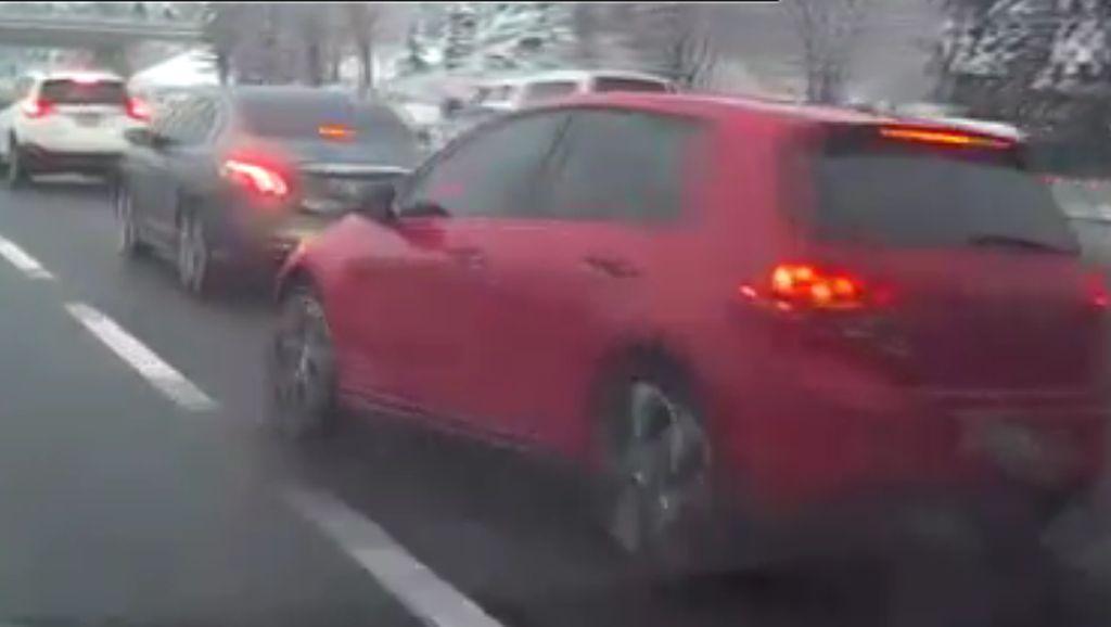 Pindah-pindah Jalur di Tol, VW Golf Ini Sebabkan Kecelakaan