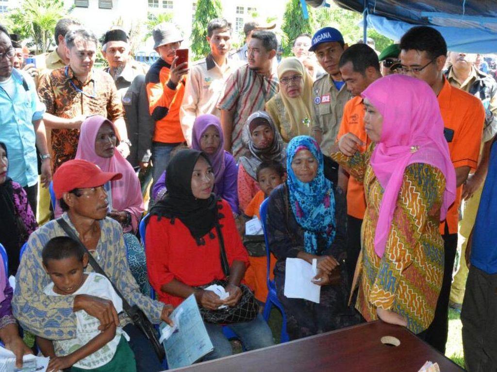 Mensos Khofifah Bantu Korban Banjir Bandang di Bima