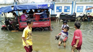 Banjir Rob Tak Halangi Anak-anak Bersekolah di Muara Angke