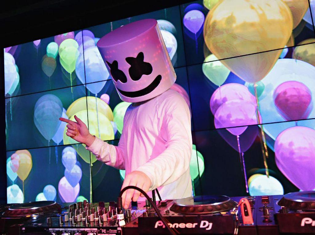 DJ Bertopeng Marshmello Kenalkan Keluarganya Lewat Klip Flashback