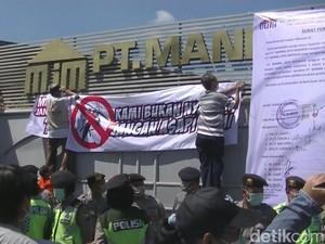Warga Mojokerto Demo Pabrik Baja Tuntut Setop Polusi Asap